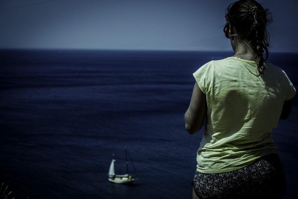 Kobieta z zaburzeniami zdrowia psychicznego zastanawiająca się nad wyborem specjalisty