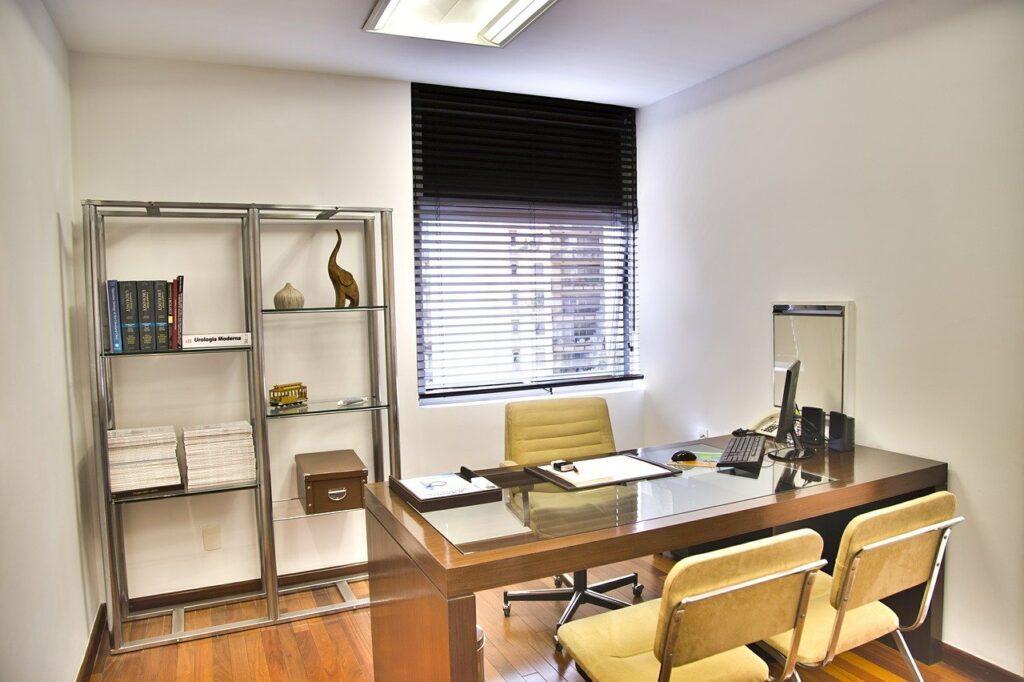 Nowoczesny gabinet psychiatryczny, w którym przeprowadzane są konsultacje z pacjentem